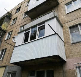 Скління балкона в панельному будинку компанією Ваш Балкон